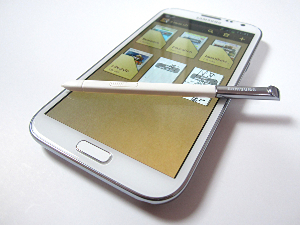 Placed alongside the likes of the Nexus 4 and Fifth Gen iPod Touch, the Galaxy Note 2's immense dimensions are immediately apparent. The S Pen is one of the device's biggest selling points, and works wonderfully.