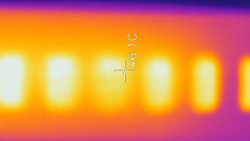 Thermal photography highlights Switch Lite's hot spots after an hour of playing Fast RMX with the battery charging and screen brightness at max.